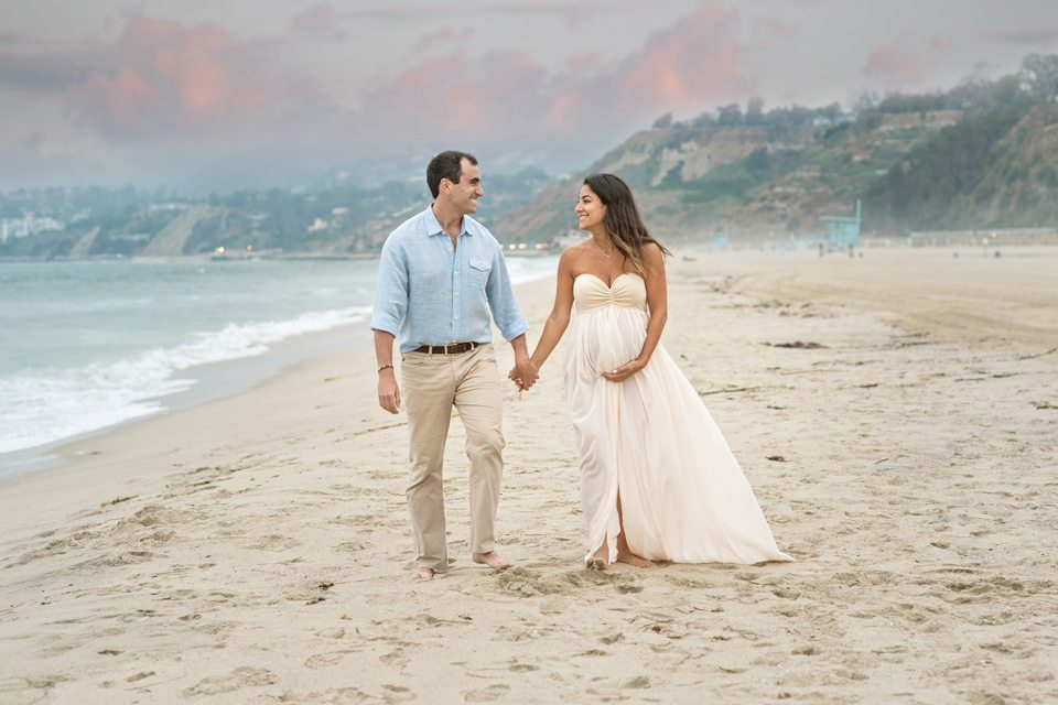 pregnant_couple_walking_beach